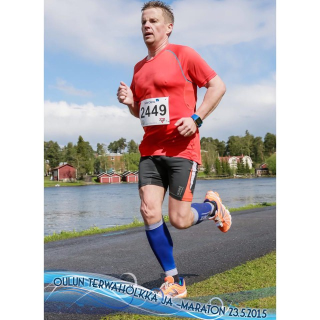 – Eksoottisin urheilukokemukseni on ollut vuorokauden juoksu Espoossa hallissa. Siinä 400 metrin rataa juostaan vuorokausi, kuuden tunnin välein vaihdetaan suuntaa ja lopuksi lasketaan kilometrit. Olen kahdesti ollut helmikuussa järjestettävässä kisassa. Siinä olen juossut kahdeksan minuuttia ja kävellyt kaksi. Vuorokauden lopussa taistellaan väsymystä ja kipuja vastaan. Paras tulokseni on 165 kilometriä, mutta vasta 200 kilometriä olisi kova tulos, Robert Knapp toteaa. Kuva Oulun Terwahölkkä-maratonilta tämän vuoden toukokuulta.