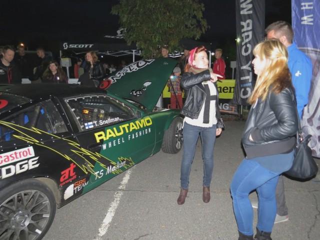 Nisvo Motorsport -tiimin autolla riitti ihastelijoita. KD Nuorten pääsihteeri Milka Taivassalo on pääsi ehjänä kyydistä. (Kuva Roger Pettersson)