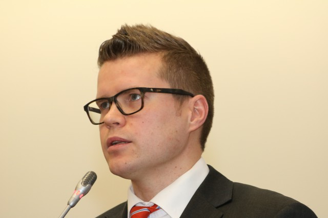 Puoluesihteeri Asmo Maanselkä syyttää hallitusta ja pääministeri Juha Sipilää muunnellusta totuudesta budjetin julkistamisen yhteydessä. Velkaantuminen taittuu huomattavasti hitaamminen kuin hallitus antaa ymmärtää.