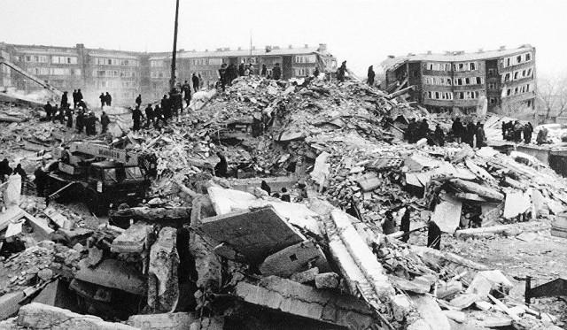 Leninakan tuhoutui maanjäristyksessä 7. joulukuuta 1988. Nykyään Armenian toiseksi suurin kaupunki tunnetaan nimellä Gjumri tai Kumairi.