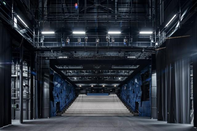 Lappeenrannan kaupunginteatteri on rakennettu poikkeuksellisesti kauppakeskuksen laajennusosan sisään. Aula avautuu kauppakeskukseen. (Kuva Tuomas Uusheimo)