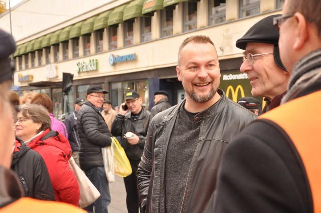 Kaupunginvaltuutetut Sami Järvinen ja Erkki Rantalainen jäivät rupattelemaan KD-teltalla Maaherrankadulla. (Kuva Kristiina Kunnas)