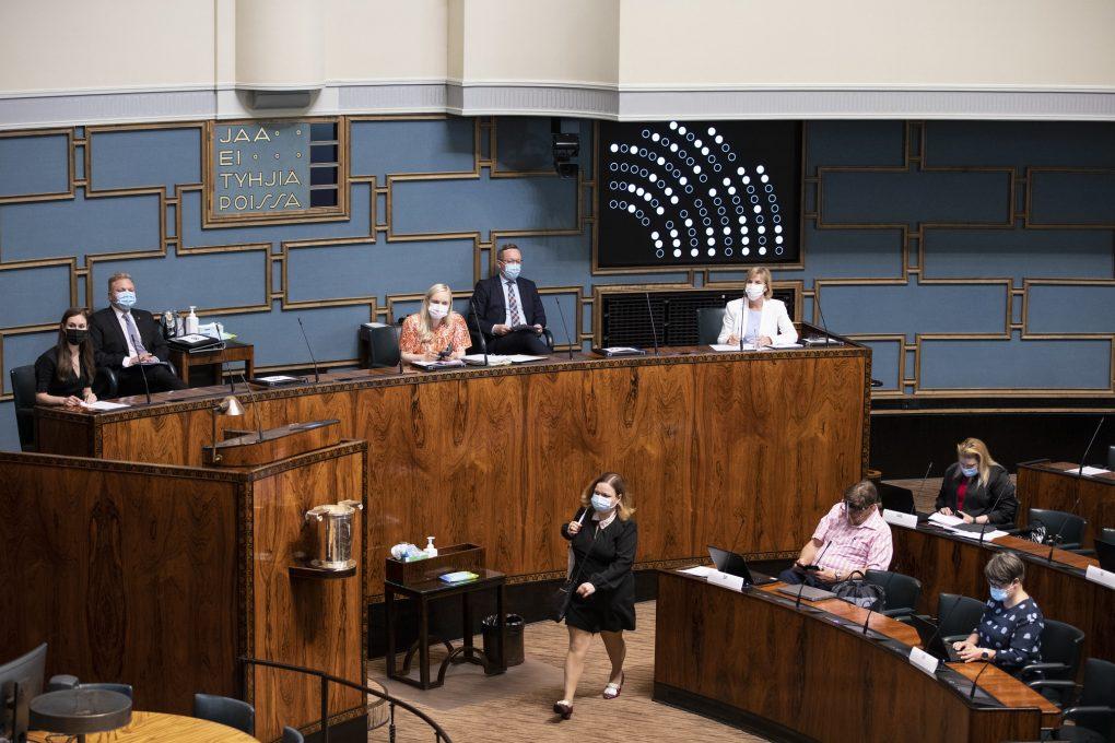 Eduskunta hyväksyi ratkaisevassa äänestyksessä sote-uudistuksen - Terveydenhoito siirtyy kunnilta hyvinvointialueille vuonna 2023